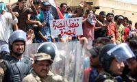 متظاهرون يتجمعون أمام حقل نفطي في جنوب العراق.. وعودة الانترنت