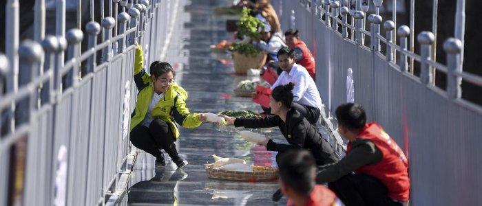 سوقا حيوي على جسر زجاجي معلق بارتفاع 180 مترا في الصين