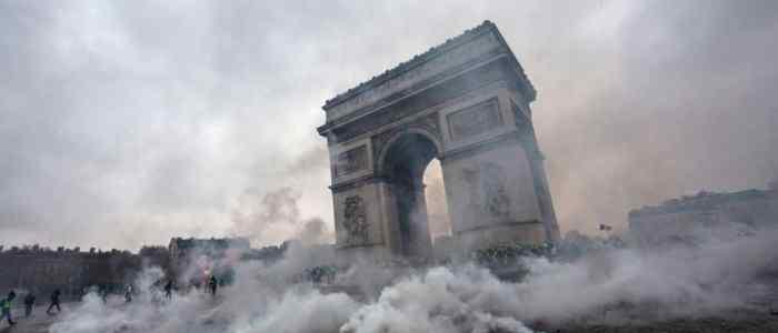 فرنسا تنحني للعاصفة وتتراجع عن الضرائب