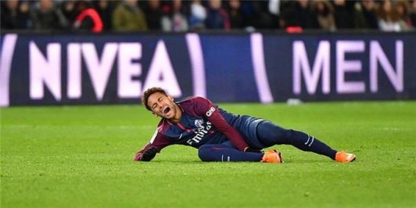 نيمار يغادر الملعب باكيًا بعد إصابة قوية خلال مباراة مع باريس سان جيرمان