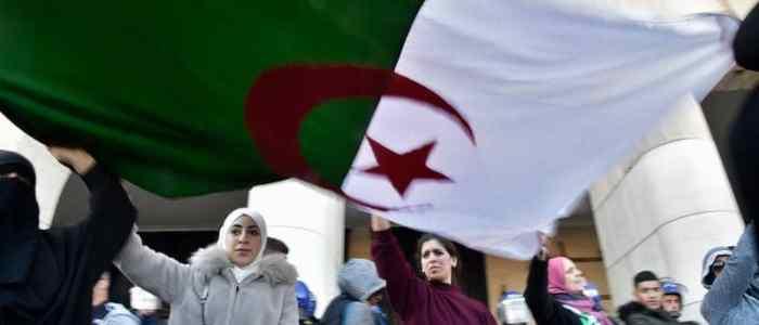 الجزائر: مئات المحامين يحتجون مجددا ضد بوتفليقة