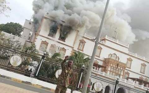 عاجل  بالفيديو وصور :حريق في القصر الجمهوري في الخرطوم ولا تفاصيل حتى اللحظة