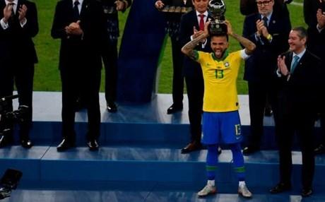 البرازيلي داني ألفيش يحصد جائزةأفضل لاعب في بطولة(كوبا أمريكا) 2019