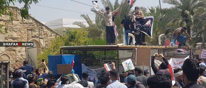 متظاهرون يقتحمون مقر (ام بي سي) عراق والداخلية تعقب
