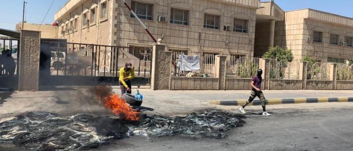 محتجون يحاصرون دائرة كهرباء الديوانية بالاطارات المشتعلة