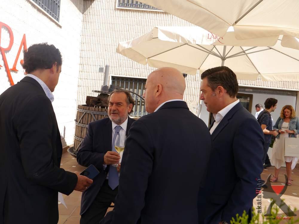 Nuestro director Antonio Jesús conversa sobre los vinos con sus elaboradores: Michel Rolland y Javier Galarreta