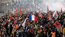 حضور ۳۵۰ هزار معترض در خیابانهای پاریس؛ پلیس گاز اشکآور شلیک کرد