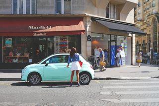 žena nastupujúca do auta