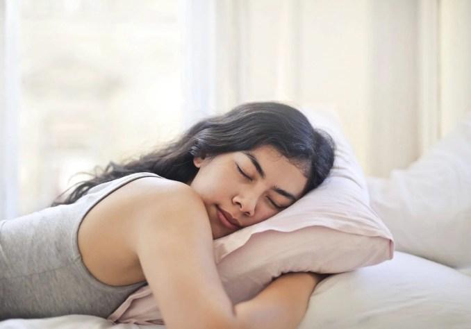 spánková poloha na bruchu