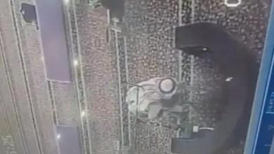 """Photo of في السعودية .. رجل يسكب ماء """" نجس """" في مسجد بمنطقة تبوك ( فيديو )"""