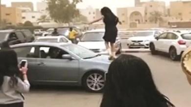 """Photo of الكويت : فتح تحقيق موسع في حادثة """" رقص """" طالبات الثانوية في الشارع"""