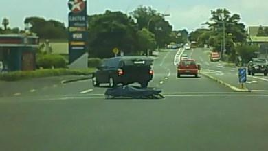 Photo of بالفيديو .. جثة تسقط من سيارة في مفترق طرق بنيوزيلندا !