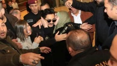 """Photo of """" قبلة """" من امرأة لتامر حسني تثير غضب الأردنيين"""