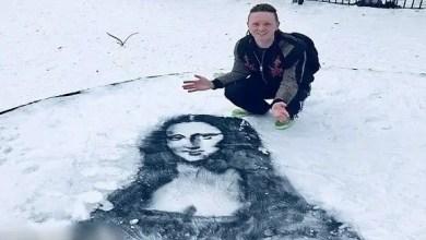صورة رسام ويلزي يستعمل الثلوج الكثيفة كأرضية للوحات فنية مبدعة