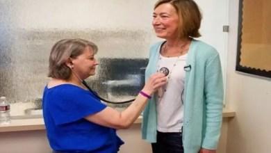 """Photo of امرأة أمريكية تذهب لزيارة المريضة التي تبرعت لها بـ """" قلبها """" !"""