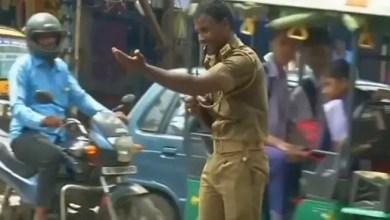 Photo of شرطي مرور هندي ينظم السير بحركاته الخاصة ( فيديو )