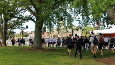 Photo of نيوزيلندا : عشرات التلاميذ يقتحمون مدرسة احتجاجاً على منحهم يوم عطلة !