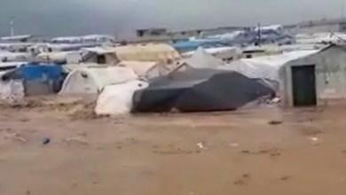 Photo of السيول تبتلع مخيمات النازحين في الشمال السوري .. و الآلاف يلجؤون إلى التلال المرتفعة ( فيديو )