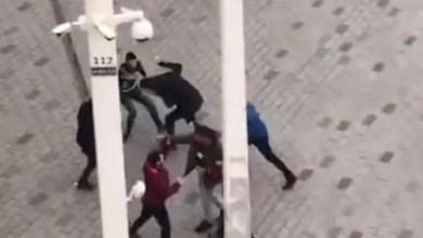 Photo of انتشار واسع لمقطع مصور يظهر موظفين في شركة نقل و هم يمطرون سائحاً عربياً بلكمات و ركلات في اسطنبول ! ( فيديو )