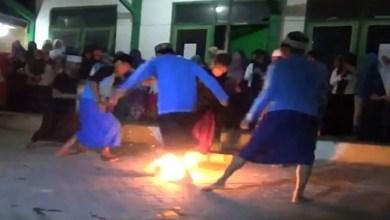 Photo of إندونيسيا : لقطات غريبة لمراهقين يلعبون حفاة بكرة من نار ( فيديو )