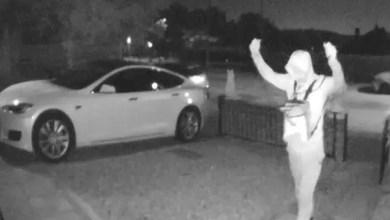 """صورة في 30 ثانية .. فيديو يوثق سرقة مذهلة عن بعد لسيارة """" تسلا """" ! ( فيديو )"""