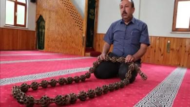 صورة دون مواد لاصقة .. نجار تركي يصنع مسبحة بطول 185 سم