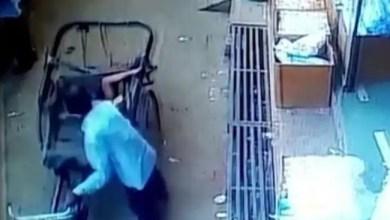 "Photo of في الهند .. "" معجزة "" تنقذ طفلاً سقط من الطابق الثاني ( فيديو )"