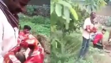 صورة رجل هندي ينقذ طفلة رضيعة من جدها الذي حاول دفنها حية ! ( فيديو )