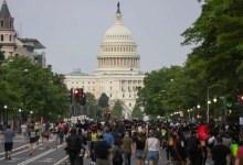 Photo of المئات يتظاهرون أمام البيت الأبيض تعبيراً عن غضبهم بعد مقتل مواطن أسود على يد الشرطة