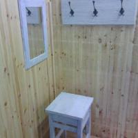 stolička, věšák, zrcadlo