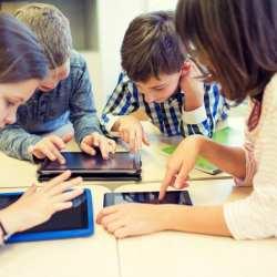 Kinder sehen auf tablets