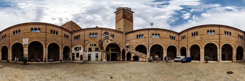 360°-Panorama im Innenhof des Palazzo de la Ragione in Verona