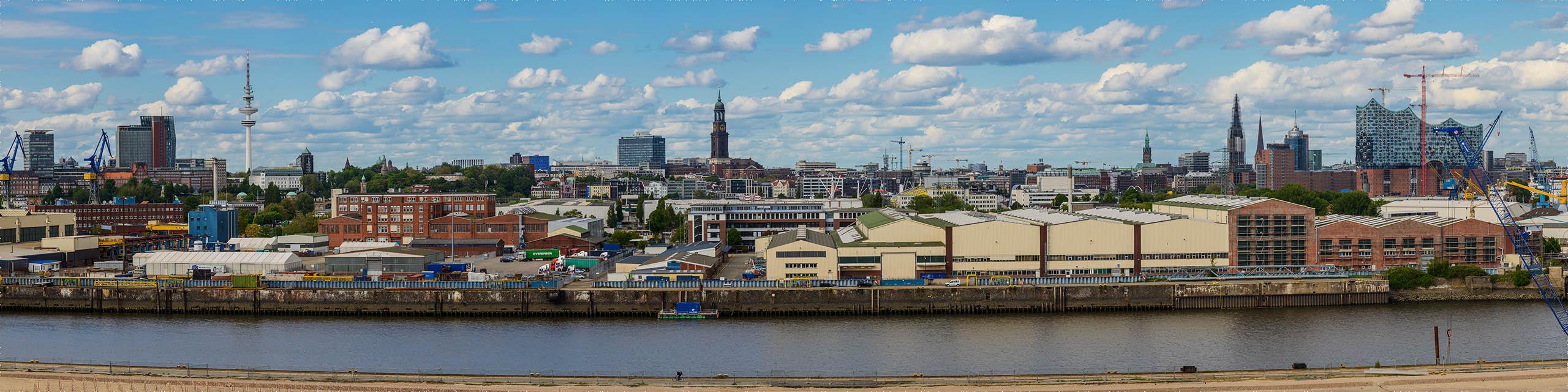 Skyline-Panorama von Hamburg, aufgenommen vom Steinwerder Hafen