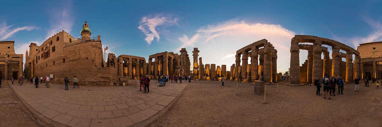 360°-Panorama im Großen Hof des Ramses II unterhalb der El-Haggag-Moschee im Luxor-Tempel in Ägypten