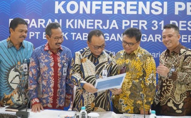 Direktur Utama Bank Tabungan Negara (BTN) Maryono (tengah) bersama (kiri-kanan) Direksi Bank BTN R. Mahelan Prabantarikso, Adi Setianto, Iman Nugroho Soeko, Oni Febrianto saat konferensi pers paparan kinerja Bank BTN di Menara BTN, Jakarta, Selasa (13/2). Per 31 Desember 2017, Bank BTN meraih laba bersih senilai Rp3,02 triliun atau naik 15,59 persen secara tahunan (year-on-year) dari Rp2,61 triliun pada akhir 2016. AKTUAL/Eko S Hilman