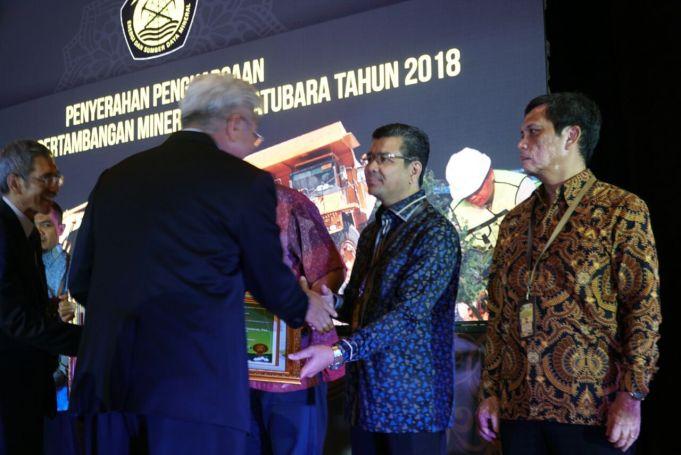 Dirjen Minerba Bambang Gatot Ariyono didampingi Direktur Teknik dan Lingkungan Muhammad Hendrasto memberikan penghargaan peringkat emas kepada Semen Indonesia yang diwakili Direktur Produksi PT Semen Indonesia Tbk, Benny Wendry. (Foto: Istimewa)