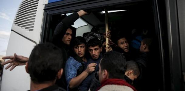 Lider bavarez a trimis la BIROUL lui Merkel un autocar plin cu REFUGIATI