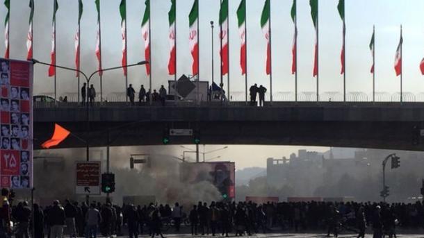 ایران: مظاہرین اور پولیس کے درمیان جھڑپ، ایک پولیس اہلکار ہلاک، 2 زخمی
