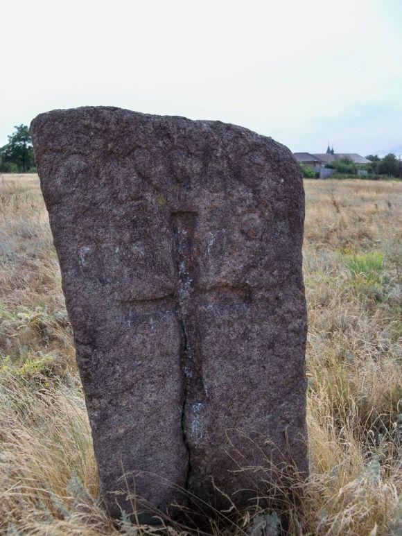 Надгробний каиінь на козацькій могилі у Старих Кодаках