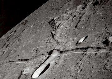 Bukti bulan pernah terbelah - Gambar ngarai di permukaan bulan