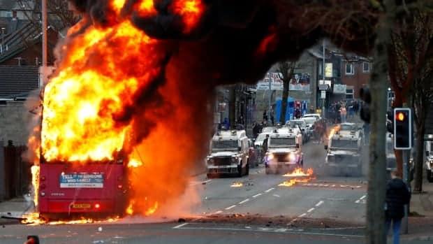 زعماء أيرلندا الشمالية يحثون على الهدوء بعد ليلة من العنف