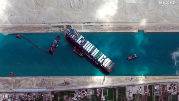 سفينة عالقة في قناة السويس ممنوعة من مغادرة مصر حتى يتم سداد فاتورة 900 مليون دولار
