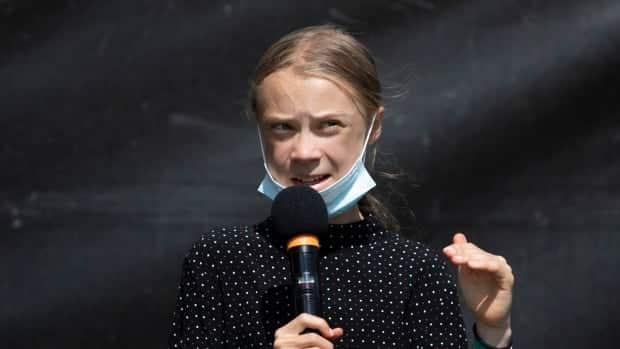 غريتا ثونبرج تقاطع مؤتمر الأمم المتحدة للمناخ ، مستشهدة بعدم المساواة في لقاح COVID-19