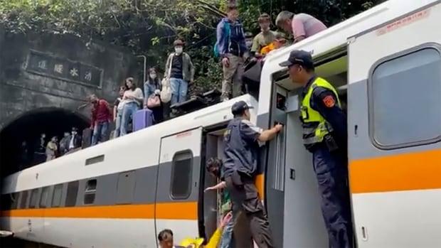 مقتل 51 شخصًا على الأقل في تايوان مع خروج القطار عن مساره بعد انقلاب الشاحنة إلى أسفل التل على المسار الصحيح