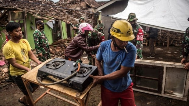 8 قتلى في زلزال إندونيسيا ، الرئيس يأمر ببذل جهود إنقاذ