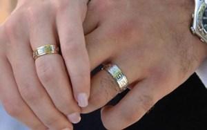 امرأة تتزوج من رجلين في وقت واحد