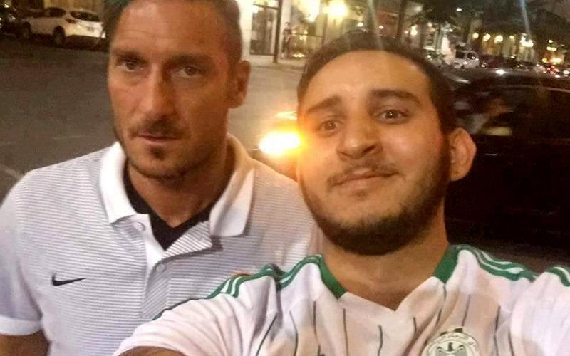 مشجع راجاوي رفقة اللاعب فرانشيسكو توتي