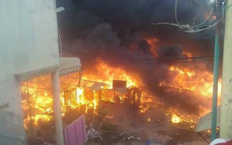 بالصور: حريق مهول بسوق عشوائي بطنجة