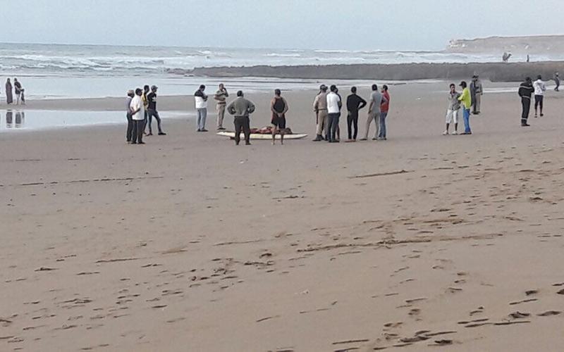 بالصور : شاطئ أكلو يلفظ جثة عشريني