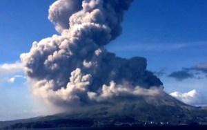 شاهد بداية ثوران بركان جبل ميرابي في أندونيسيا